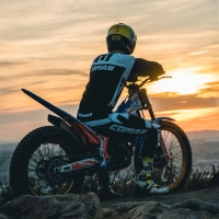 There's nothing better than riding with sunset🤩  Rider: @marcfarrerons  📸: @j.prod_   @isbsport @isbmotor @originalwd40_es @wd40motorsports @m4racingparts @formaboots  #comastrial #timefortrials #moto #motorcycle #ride #skills #wd40 #isbbearings #motosport #liketime #motolife